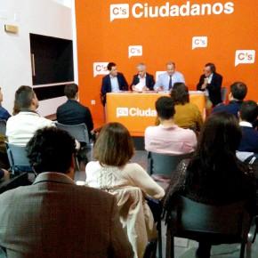 Ciudadanos debate sobre los problemas de la justicia en una mesa redonda