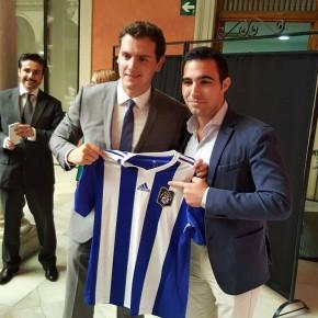 Albert Rivera y Juan Marín, junto con Manuel Repiso, nuestro candidato por Huelva al Congreso de los Diputados, mostrando su apoyo al Real Club Recreativo de Huelva.