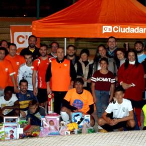 Ciudadanos entrega los regalos recogidos a los jóvenes de la ONG Triskell
